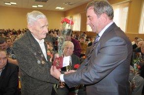 Ветеранам войны вручают юбилейные медали