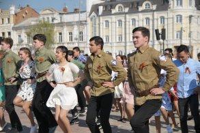 Молодежь танцем встречает Юбилей Победы