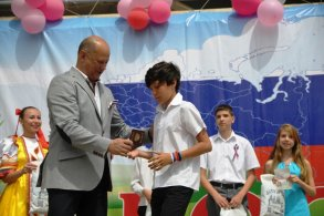 Олег Полумордвинов вручил паспорта юным астраханцам