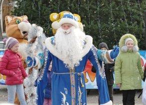Главную астраханскую ёлку украсили игрушки из Севастополя