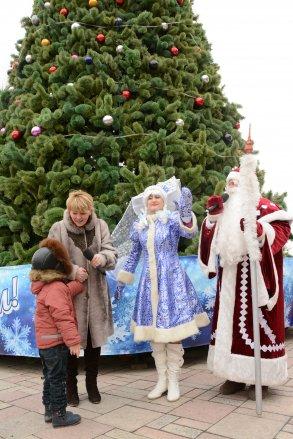 В Астрахани зажигаются огни на новогодних ёлках